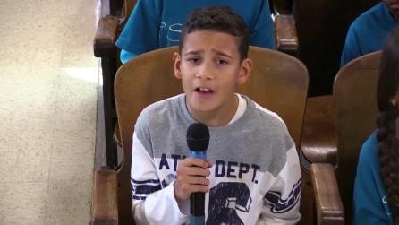 È solo un bambino e intona 'Hallelujah': ma quello che succede dopo rende tutto più magico