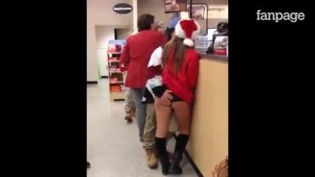 Ele toca o bumbum da garota sexy vestida de Papai Noel: veja o que acontece em seguida