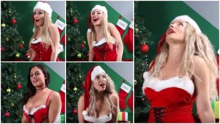 """Modelle vestite da Babbo Natale cantano """"Silent Night"""" mentre hanno un orgasmo"""