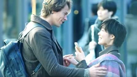Non conosce la lingua ma chiede a ragazze giapponesi se vogliono baciarlo: tutte le loro reazioni