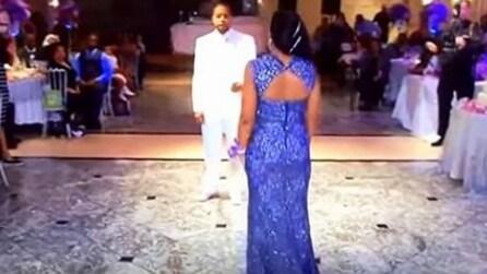 Faccia a faccia con la mamma durante il matrimonio: restano tutti senza parole