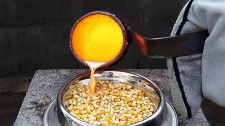 Versa rame fuso sul mais per fare i popcorn ma ecco cosa succede