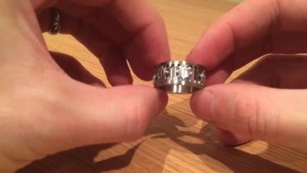 """Un anello davvero """"speciale"""" ecco che succede quando lo gira"""