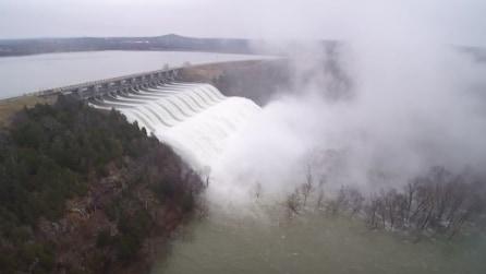 Oklahoma: l'impressionante flusso d'acqua dopo l'apertura della diga
