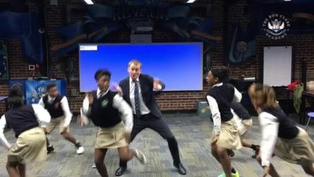 Il fantastico balletto del professore con le studentesse: il risultato è eccezionale