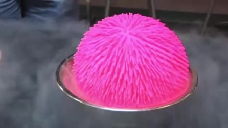 Versa azoto liquido su di una palla di gomma: ecco come finisce l'esperimento