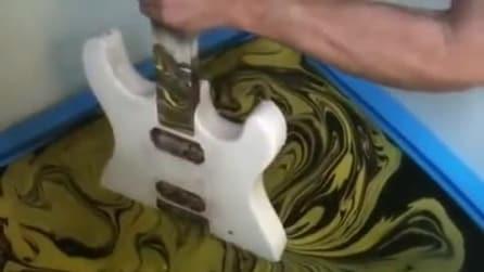 """Immerge la chitarra in uno """"strano liquido"""" per un risultato strabiliante"""