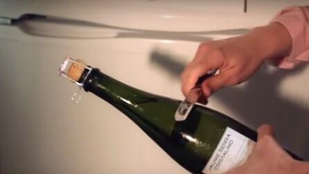 Fa scivolare la lama del coltello sulla bottiglia di spumante, ecco cosa succede