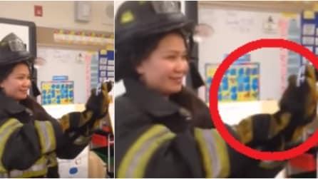 Fa vestire la fidanzata da pompiere ma la vera sorpresa è nel guanto
