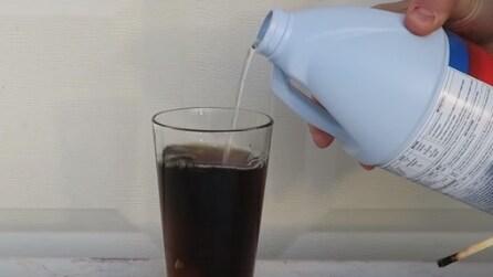 Versa la candeggina nella Coca Cola, la reazione è sorprendente