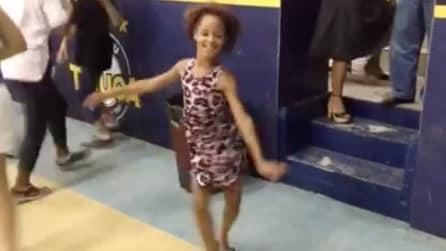 Ha il ritmo nel sangue: ecco come balla la samba