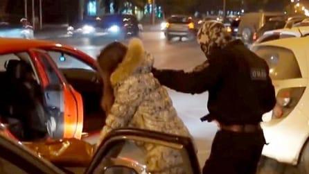 Uomini col passamontagna la trascinano fuori dall'auto, poi il colpo di scena che non ti aspetti