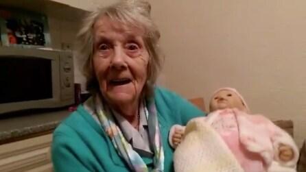 Riceve una bambola per Natale: la reazione delle nonna è commovente