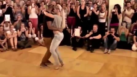 Tutti in cerchio per ammirarli: il loro ballo sensuale conquista tutti