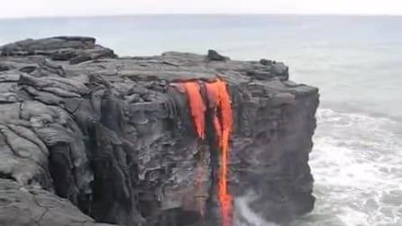 La lava gocciola nell'oceano: ecco poi cosa provoca
