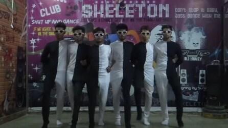 I ragazzi indossano tute bianche e nere: l'illusione ottica è straordinaria