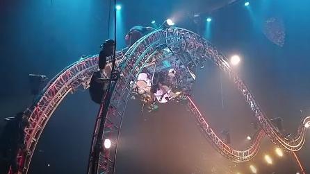 Paura sul palco: il batterista resta a testa in giù durante il concerto