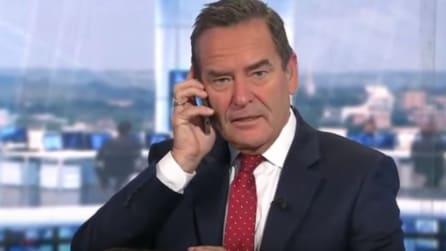 Durante la diretta il presentatore risponde alla telefonata della moglie