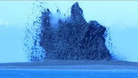 L'eruzione di un vulcano sottomarino a pochi metri dalla riva