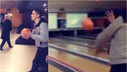 Una tecnica di tiro mai vista prima, ecco dove finisce la palla da bowling