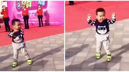 Vede i ballerini dietro di lui: ecco cosa inizia a fare il bimbo