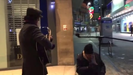 Il senzatetto chiede di cantare, l'artista lo accompagna: un'esibizione da pelle d'oca