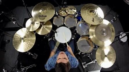 Un vero talento alla batteria: quando inizia a suonare è uno spettacolo assoluto