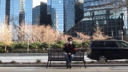 Beve un caffè sulla panchina ma quando si alza il suo talento è sconvolgente
