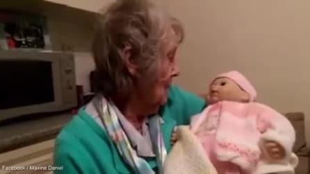 Regala un bambolotto alla nonna: la sua reazione è davvero sorprendente