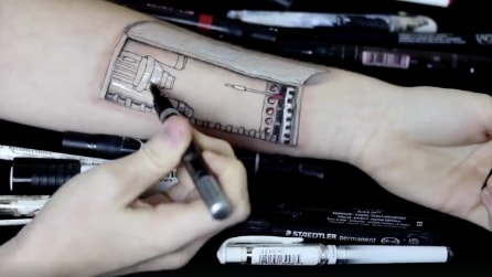 Inizia a disegnare sul suo braccio: quello che realizza è un capolavoro