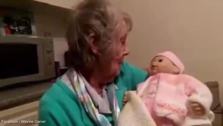 Avó pega bebê no colo mas veja o que acontece quando ela se vira