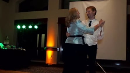 Il romantico ballo dello sposo con la mamma ma accade qualcosa di inaspettato