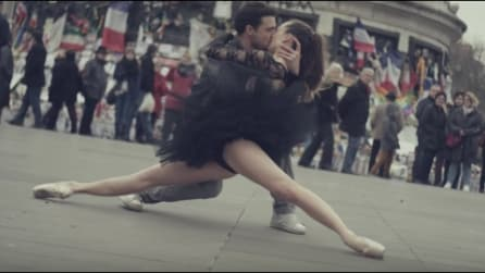 Iniziano a ballare per strada: l'inno all'amore e a Parigi