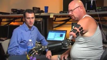 La protesi al braccio che si manovra col cervello, come se l'arto fosse vero
