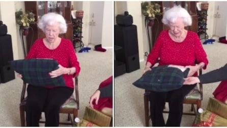 La nonna riceve un cuscino fatto con la vecchia camicia del marito e si commuove