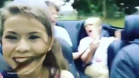 Fa un video selfie, ma guardate dietro di lei cosa accade
