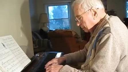 94 anni appena compiuti ed il nonno si scatena al piano, la sua abilità è da pelle d'oca
