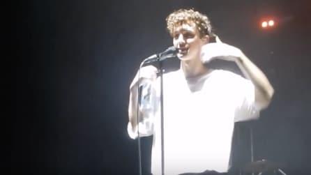 Colpito al viso, gli lanciano una bottiglia d'acqua durante il concerto
