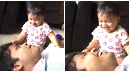 Il papà fa uno starnuto: quello che fa la bimba vi farà morire dal ridere