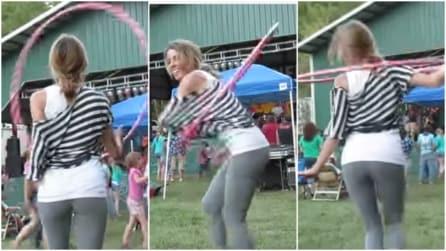 Un vero talento con l'hula hoop: la danza sensuale