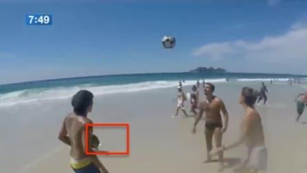 Stanno giocando in spiaggia ma ad un tratto ecco chi si avvicina