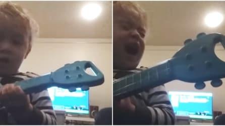 Il papà inizia a cantare: quello che fa il bimbo è tenerissimo