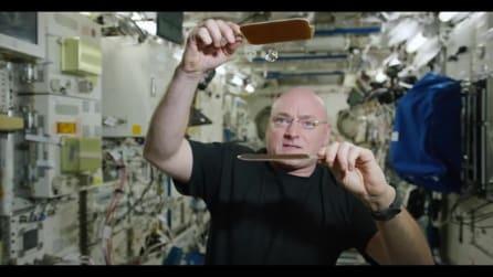 Una partita a ping pong nello spazio: la goccia d'acqua non si ferma mai