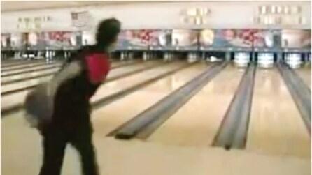 12 tiri, 12 strike: il ragazzo fenomeno tira giù tutti i birilli del bowling