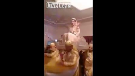 La sposa saluta gli invitati dalla portantina: ma ecco cosa accade d'improvviso