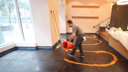 Versano un liquido sul pavimento: l'effetto è straordinario