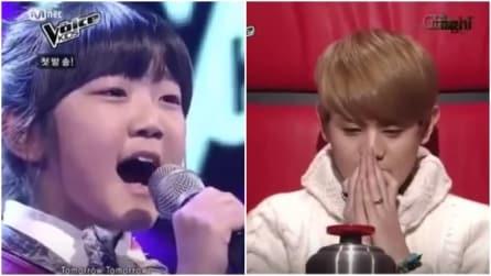 La piccola inizia a cantare e con la sua potente voce emoziona tutti
