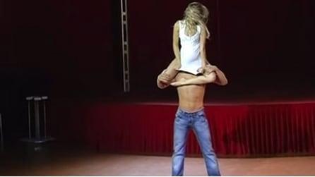 Acrobati e ballerini: quello che fanno questi due ragazzi vi lascerà a bocca aperta