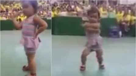 La musica inizia e la danza di questa bambina vi lascerà di stucco