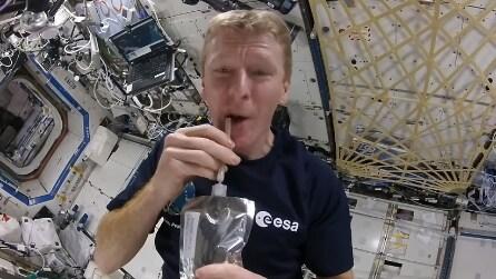 L'astronauta che mostra come si prepara un caffè nello Spazio
